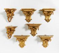 FOLGE VON 5 WANDKONSOLEN MIT DRAPERIEN. Holz geschnitzt, vergoldet. 20x24,5x13cm. Zustand C.