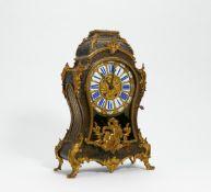 PENDULE STIL LOUIS XV. Frankreich. Boulle-Technik. Horn und Messing ornamental eingelegt.