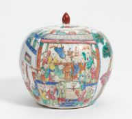 LIDDED JAR WITH THE HUNDRED BOYS AT THE DRAGON FESTIVAL. China. 19th/20th c. Porcelain, painted in