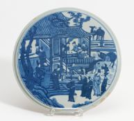 ROUND PLATE WITH SCHOLARS. China. 19th/20th c. Porcelain, painted underglaze blue. Set off rim. Back