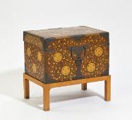 LARGE TRAVELING BOX HASAMIBAKO. Japan. Edo period (1603-1868). Wood with gold powder lacquer (