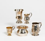 4 BECHER & KLEINE VASE. Silber, 2 x Innenvergoldung. Ca. 610g. H.10,5/12/8/9/7,5cm. BZ London, MZ/