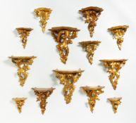 13 KLEINE WANDKONSOLEN MIT AKANTHUSDEKOR. Holz geschnitzt, vergoldet. H.11-24cm. Zustand A-C.