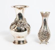 VASE MIT BLUMENDEKOR. Einmal Italien. Silber. Ca. 1210g. H.24/20,5cm. Ital. Garantie & MZ, 925/ A