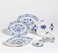 3 PLATTEN ZWIEBELMUSTER. Meissen. Porzellan mit unterglasurblauem Dekor. 45x33cm, 42x31cm, 36x26,