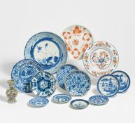 THIRTEEN DISHES AND A SMALL VASE. China/Japan. 16th-20th c. Porcelain, underglaze blue, a few with