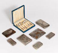 7 VERSCHIEDENE TABATIEREN UND ZIGARETTENETUIS. Silber, tlw. vergoldet. 2 x mit Steinbesatz. Ca.