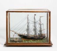 Schiffsmodell in Glaskasten