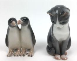 (Curiosa) Beelden, Royal Copenhagen Twee porseleinen beelden, een kat en een pinguïn. Royal Co