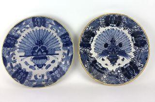 (Antiek) Pauwen borden, De Klauw Twee verschillende blauw-witte pauwen borden, gemerkt met het