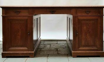 (Antiek) Bureau Eikenhouten bureau, eerste helft 20e eeuw. Conditie: In gebruikte staat. Afmeti