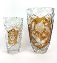 (Curiosa) Vazen, Bohemen Twee bewerkte Boheemse vazen, midden 20e eeuw. Conditie: Chips in buit