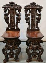 (Antiek) Sgabello stoelen Een paar gestoken walnotenhouten sgabello stoelen. Rijk uitgevoerd me