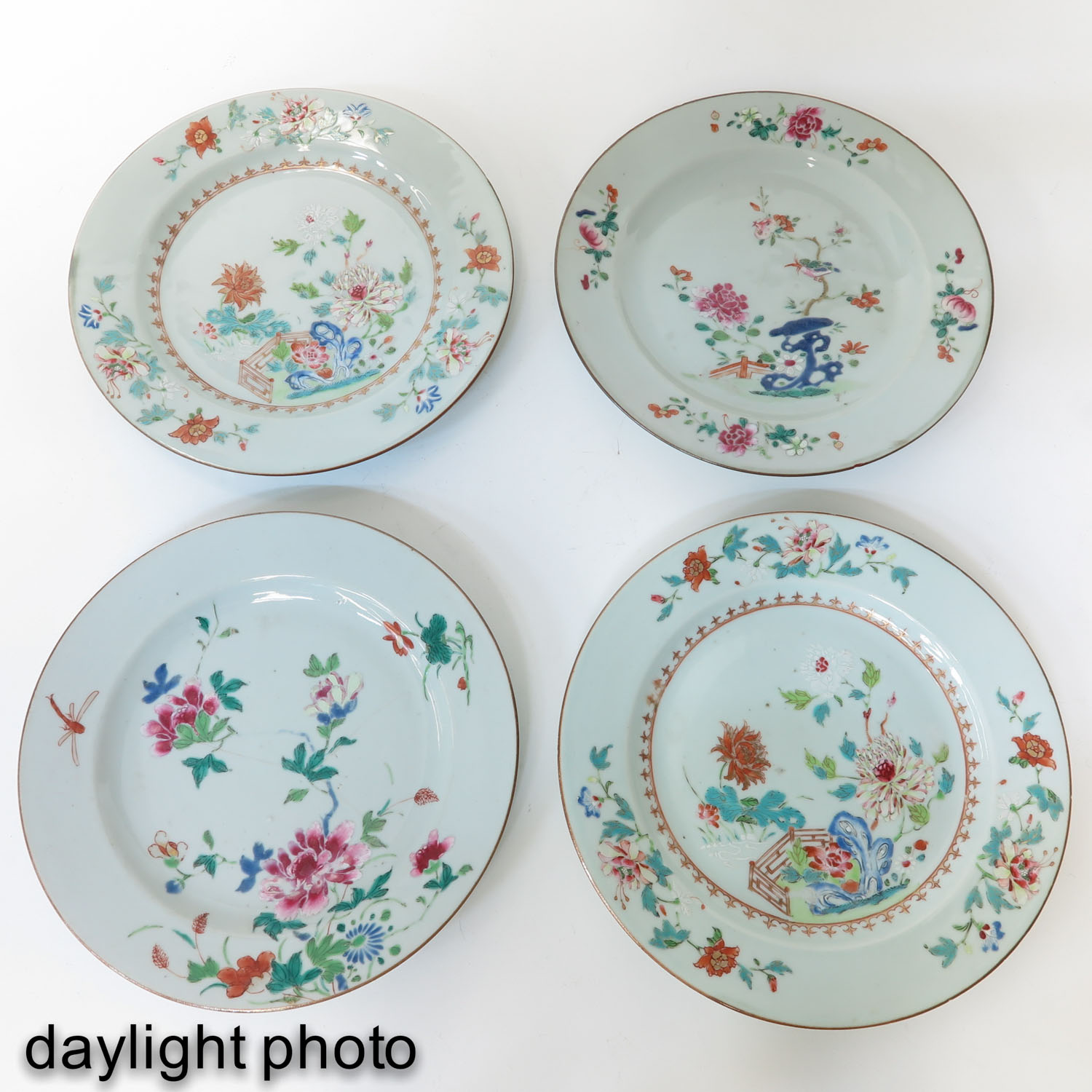 A Collection of 4 Famille Rose Plates - Image 7 of 10