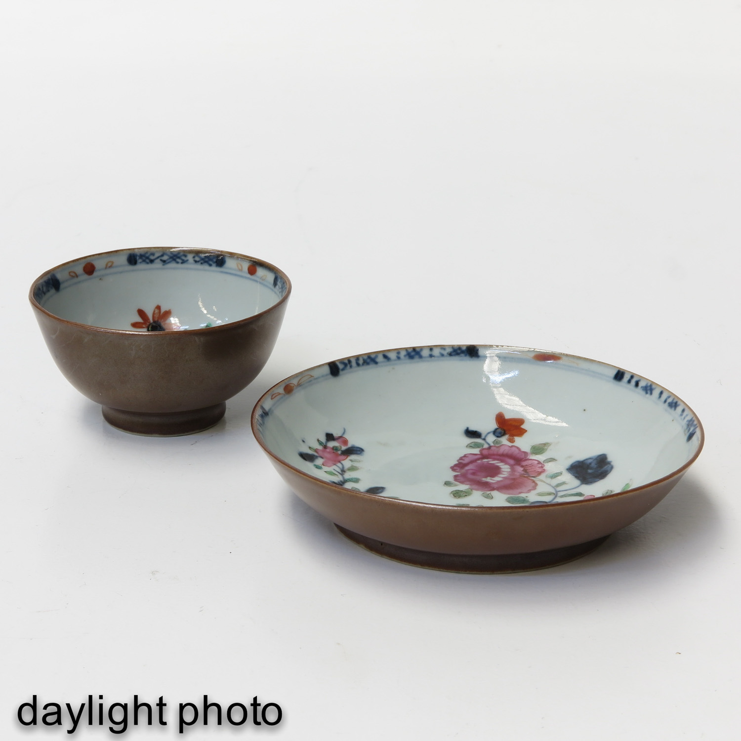 A Pair of Batavianware Cups and Saucers - Image 7 of 9