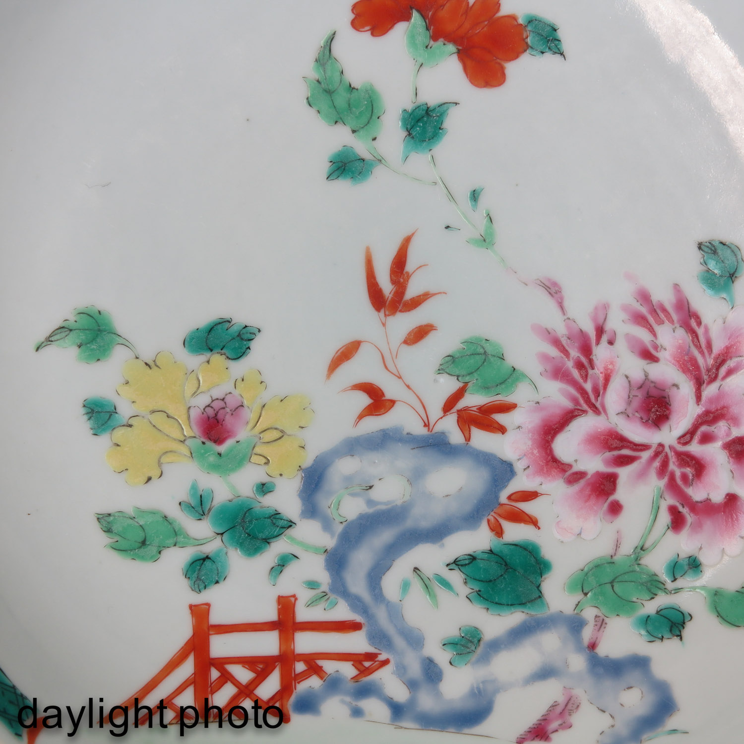 A Lot of 2 Famille Rose Plates - Image 10 of 10