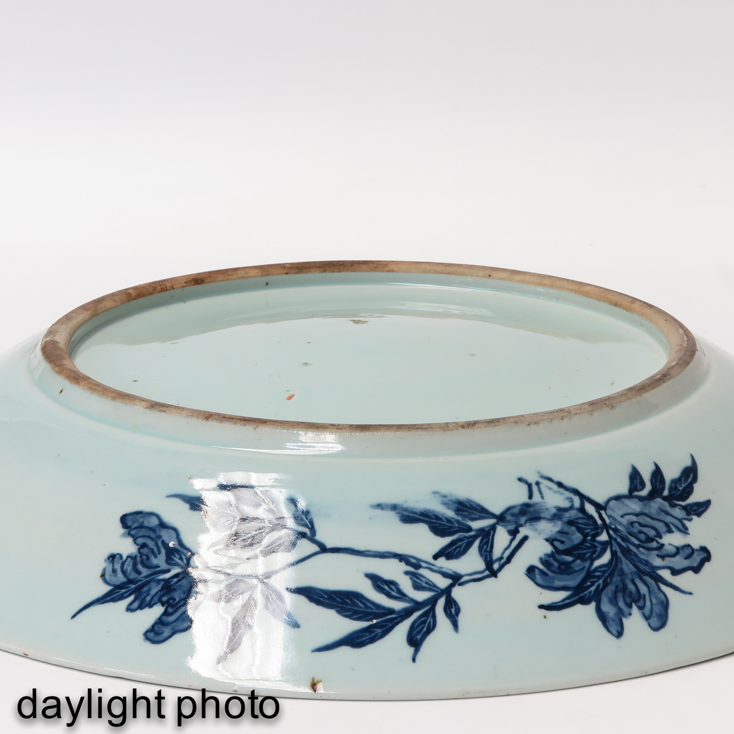 A Large Blue and White Charger - Image 6 of 7