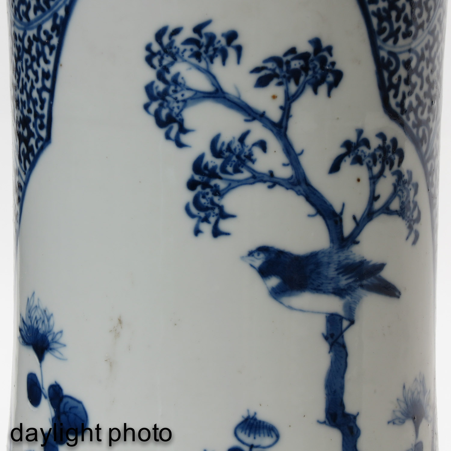 A Pair of Blue and White Vases - Image 10 of 10