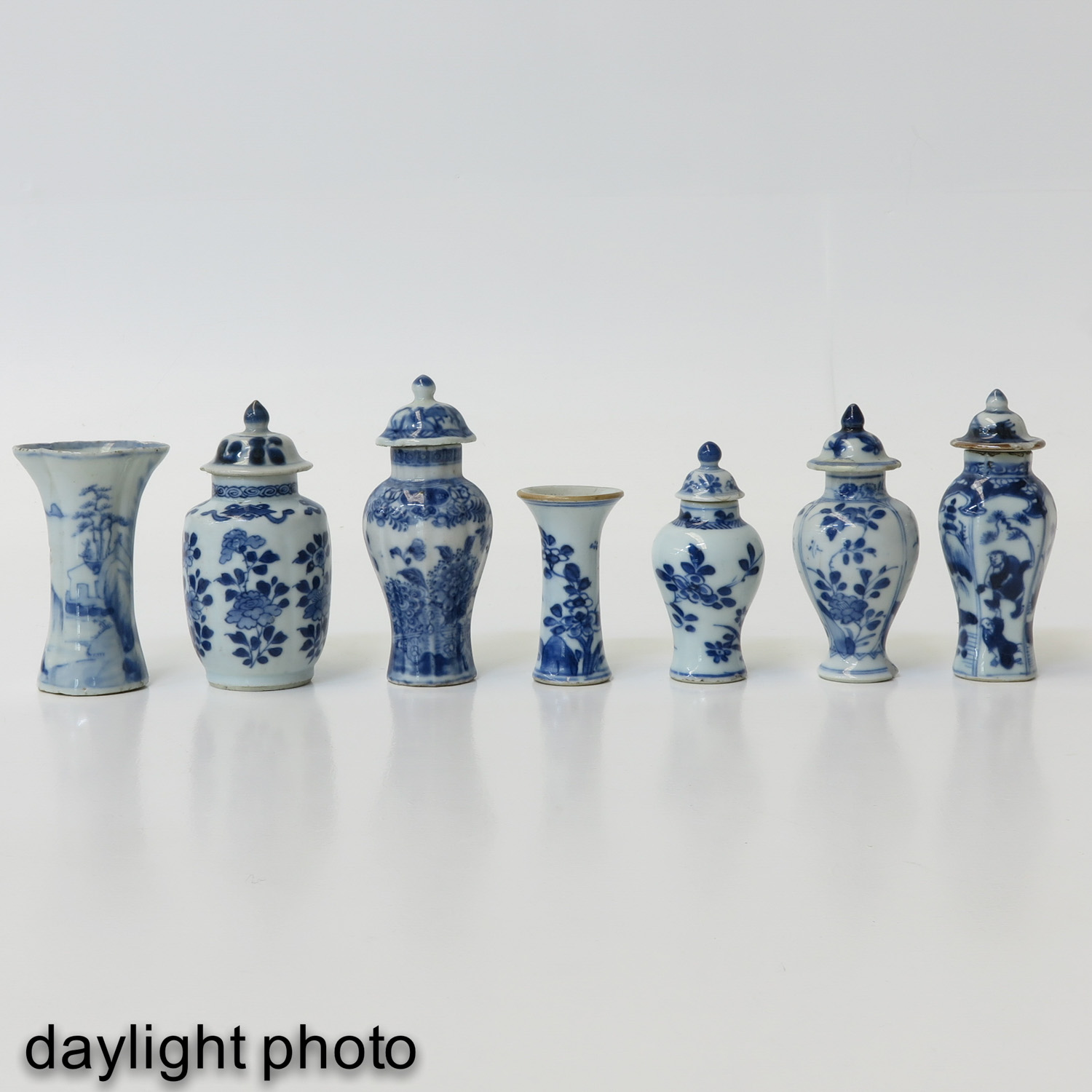 A Collection of 7 Miniature Vases - Image 7 of 9