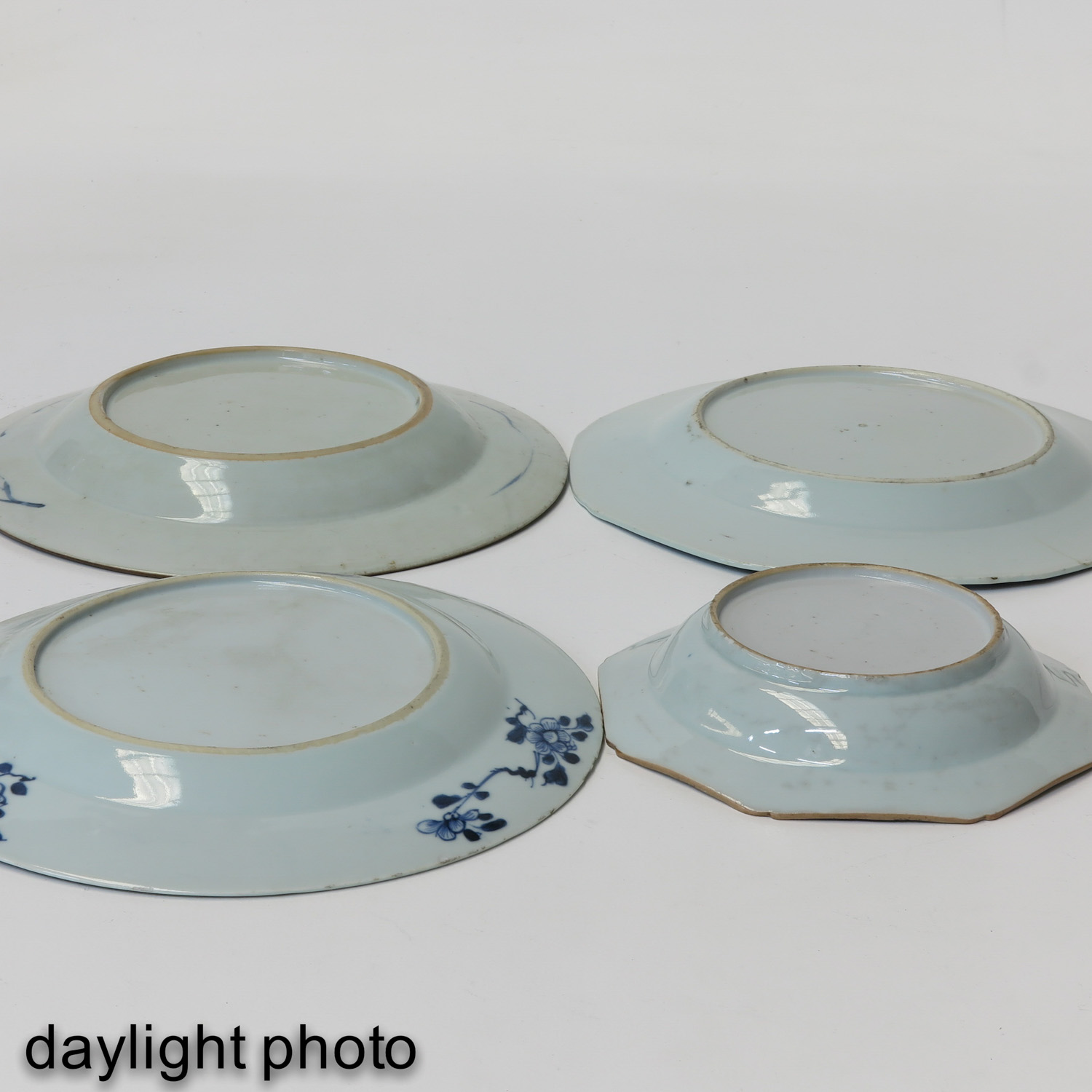 A Collection of 4 Blue and White Plates - Image 8 of 10