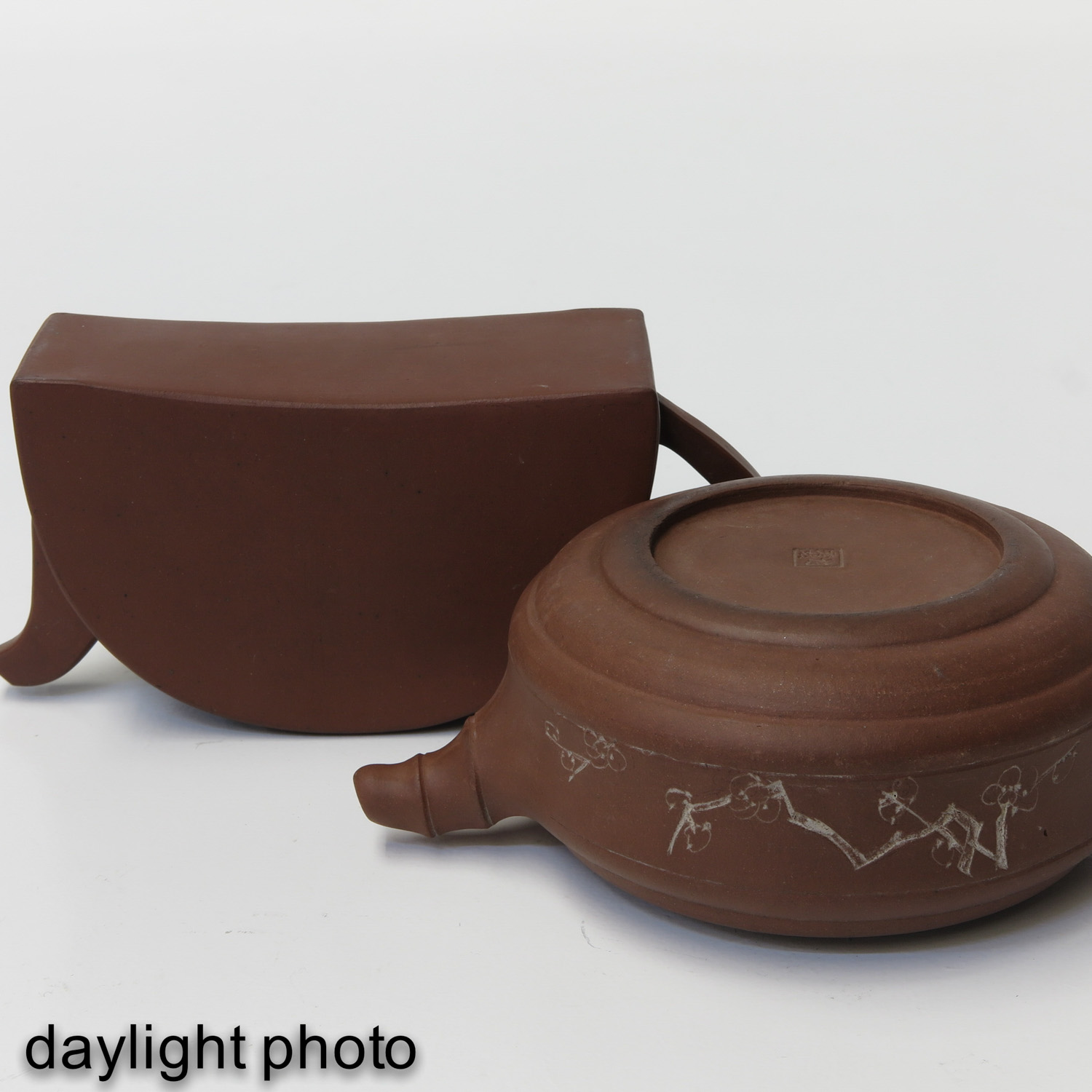 A Lot of 2 Yixing Teapots - Image 8 of 9