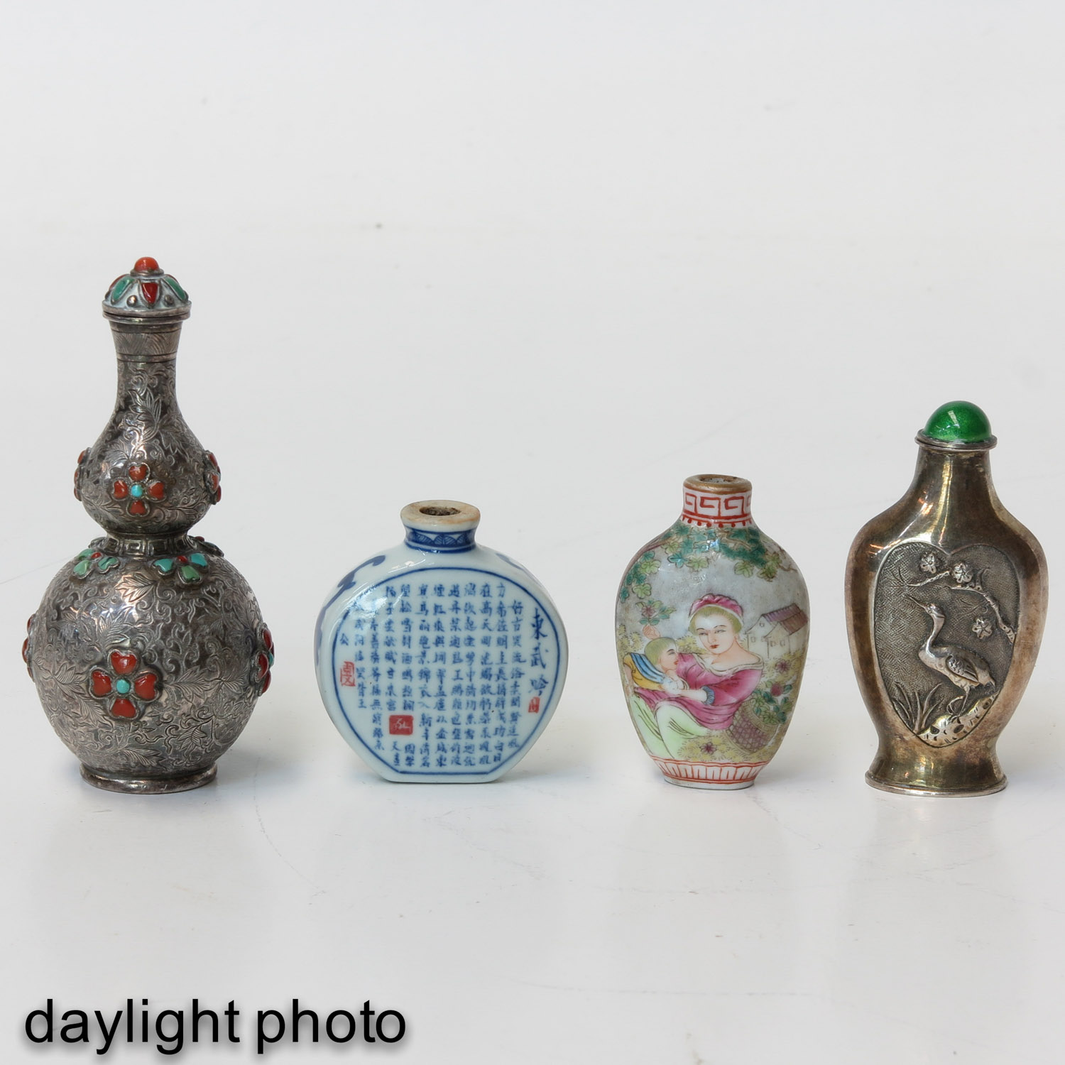 A Diverse Collection of 4 Snuff Bottles - Image 7 of 10