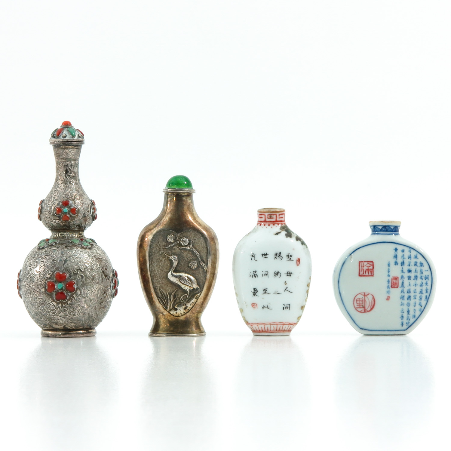 A Diverse Collection of 4 Snuff Bottles - Image 3 of 10