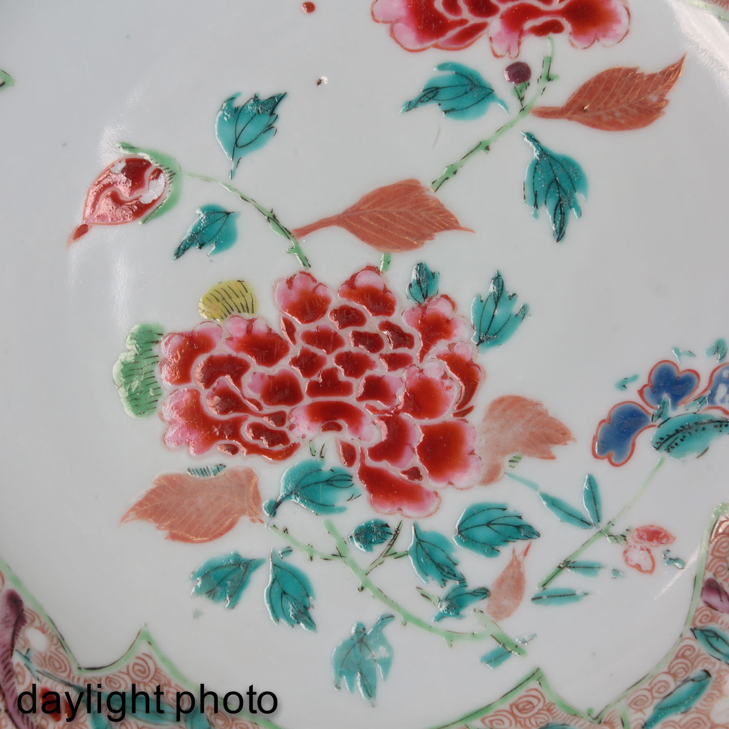 A Lot of 2 Famille Rose Plates - Image 9 of 10