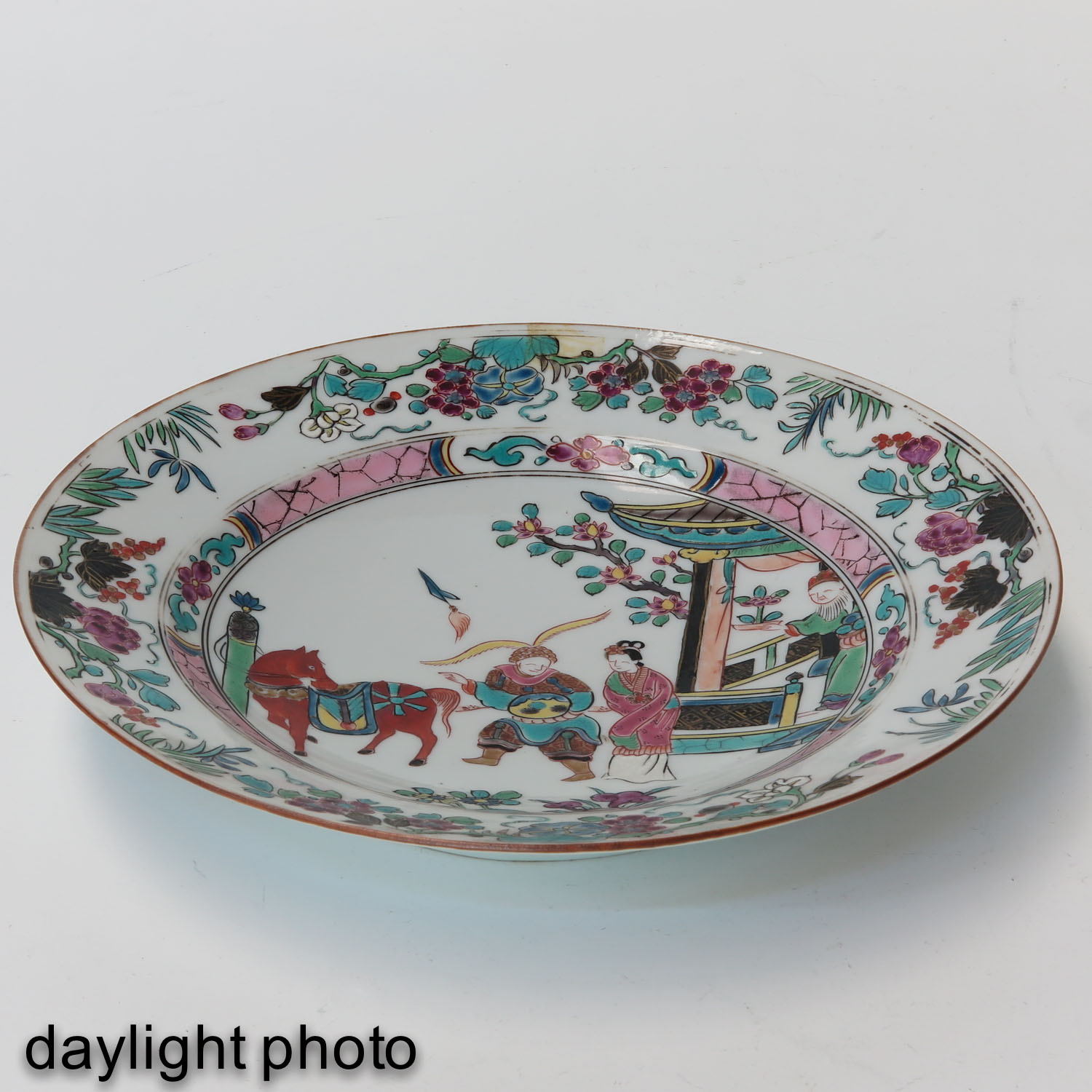 A Series of 4 Famille Rose Plates - Image 7 of 10