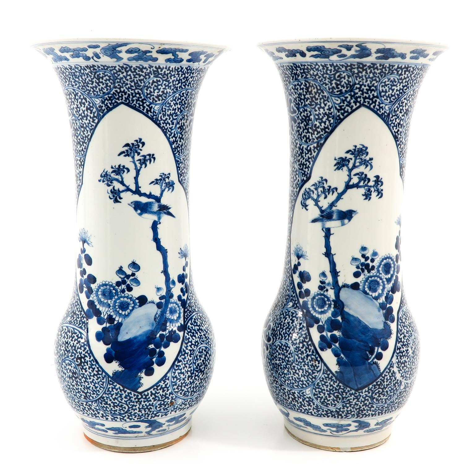 A Pair of Blue and White Vases - Image 3 of 10