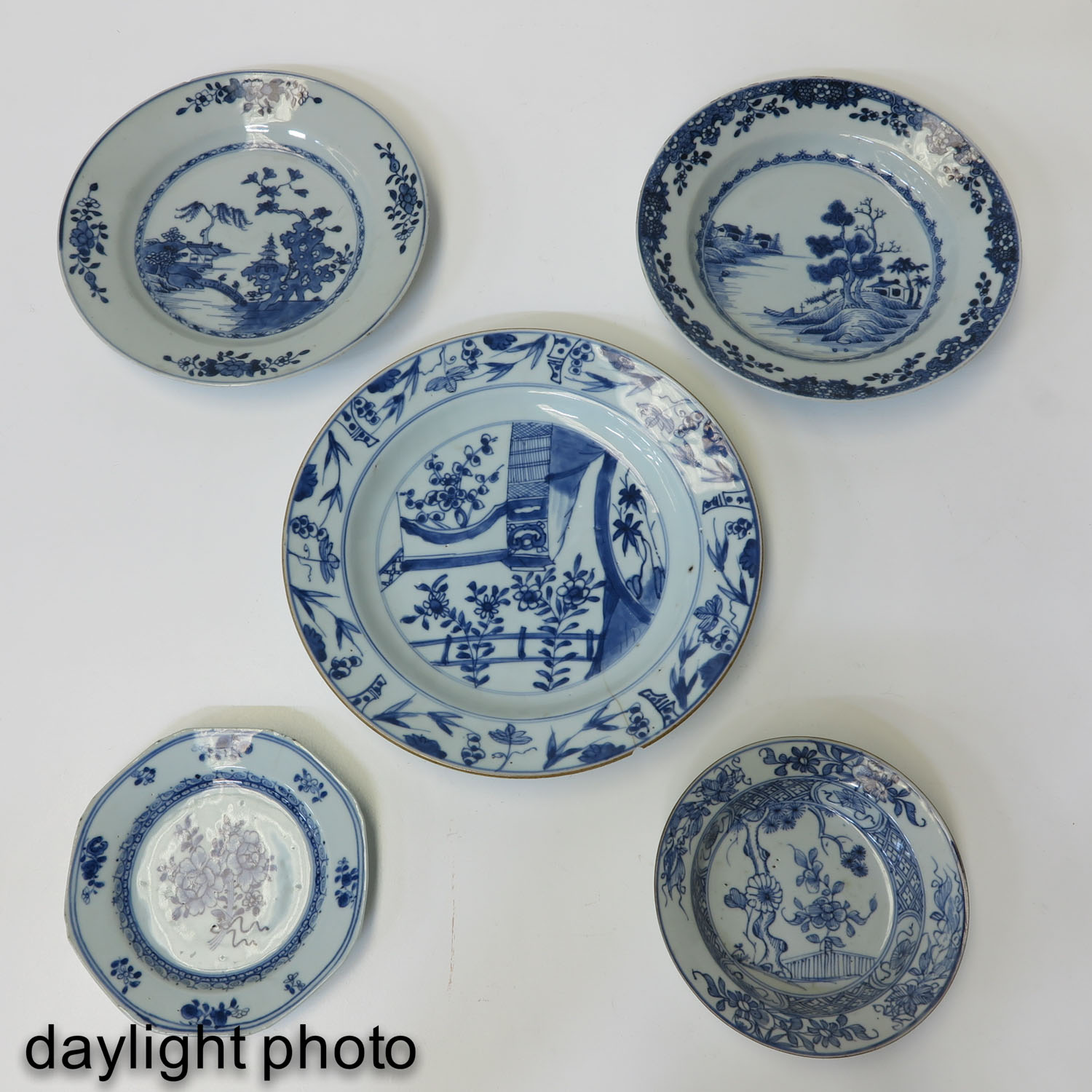 A Lot of 5 Blue and White Plates - Image 9 of 10