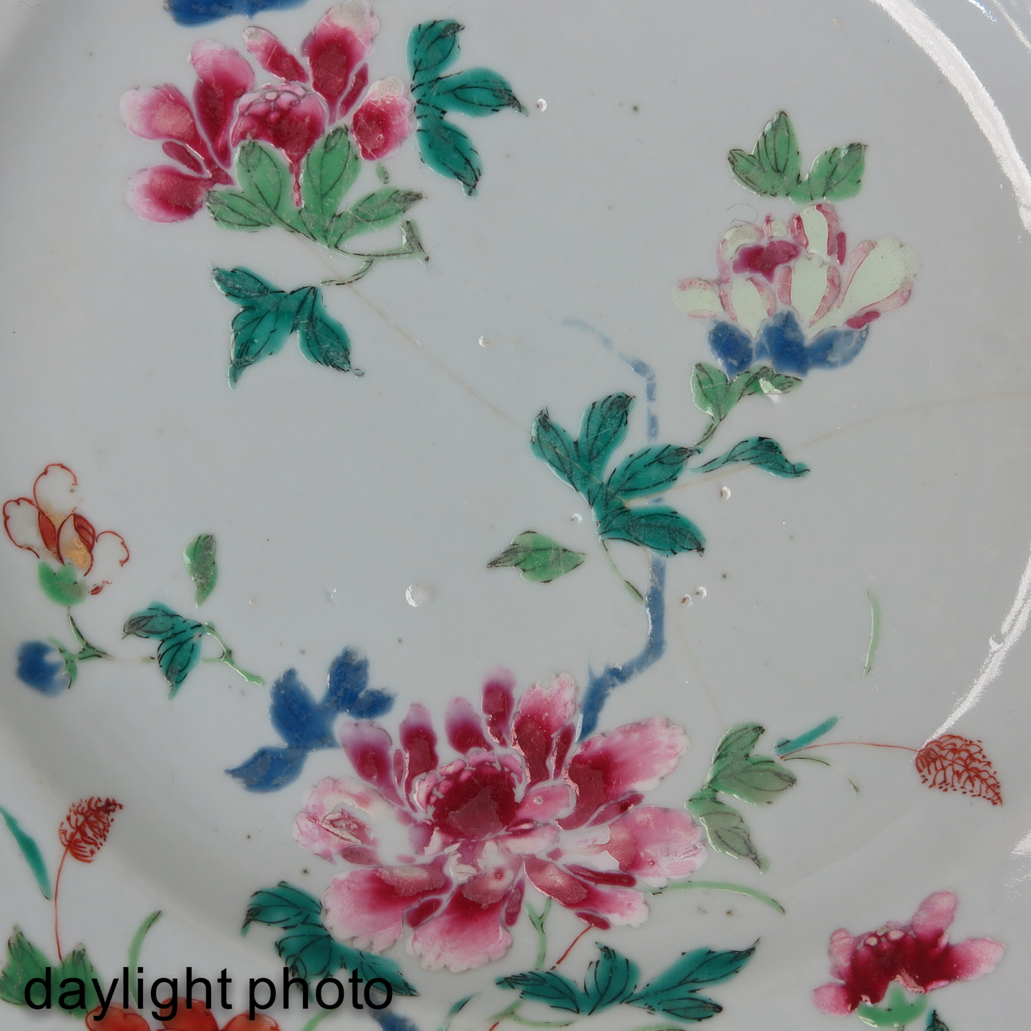 A Collection of 4 Famille Rose Plates - Image 9 of 10