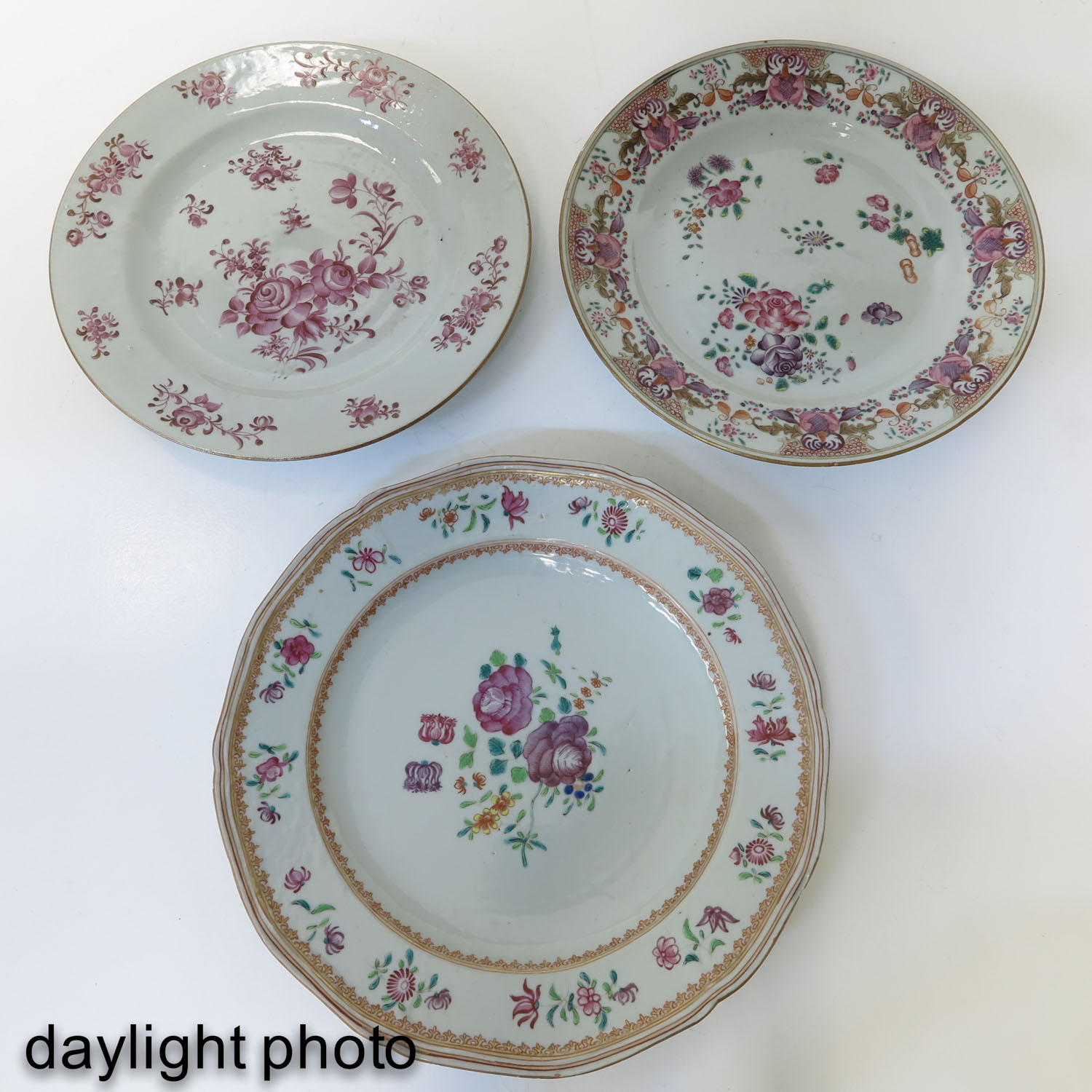 A Collection of 5 Famille Rose Plates - Image 7 of 10