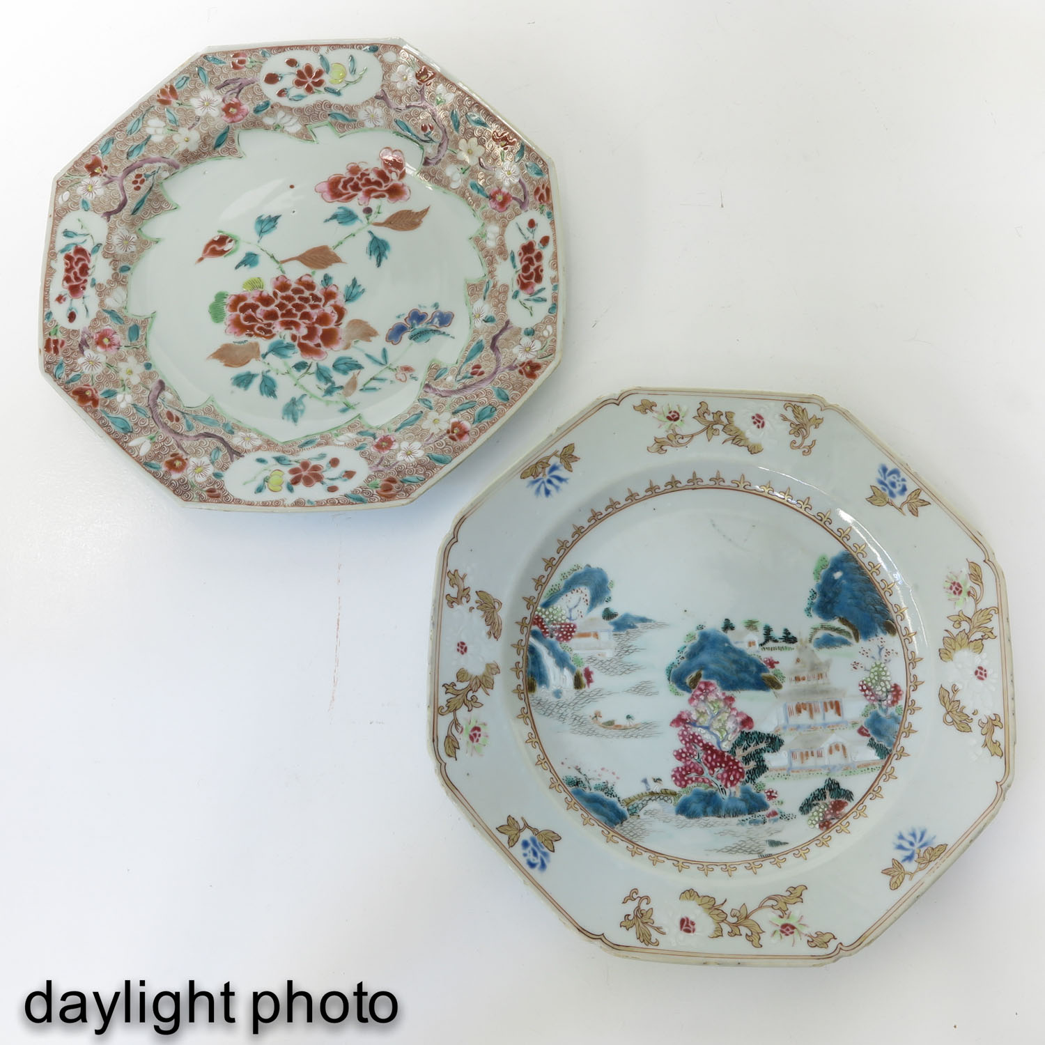 A Lot of 2 Famille Rose Plates - Image 7 of 10