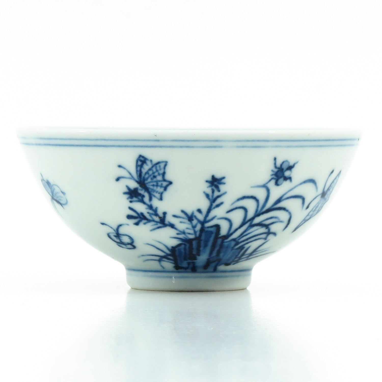 A Blue and White Cup - Image 3 of 9