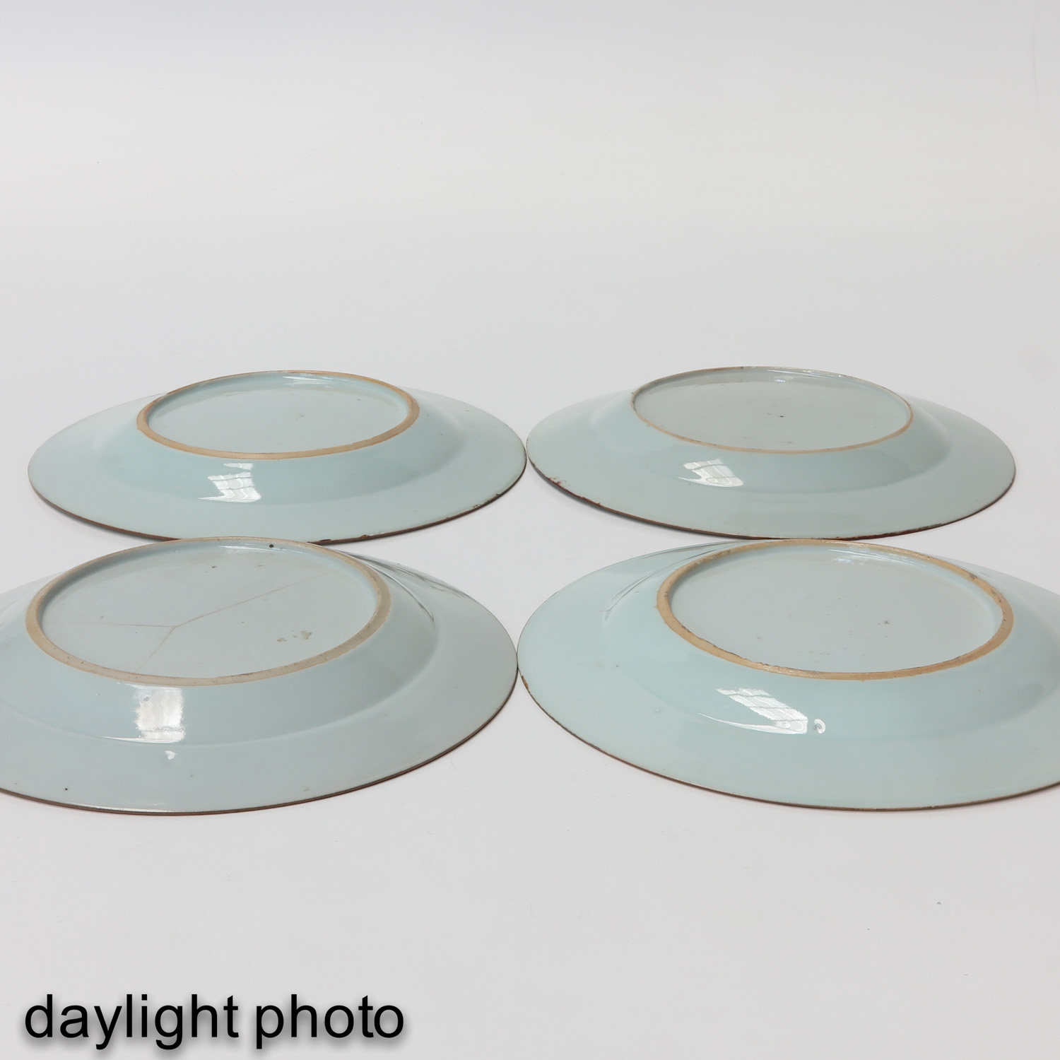 A Collection of 4 Famille Rose Plates - Image 8 of 10