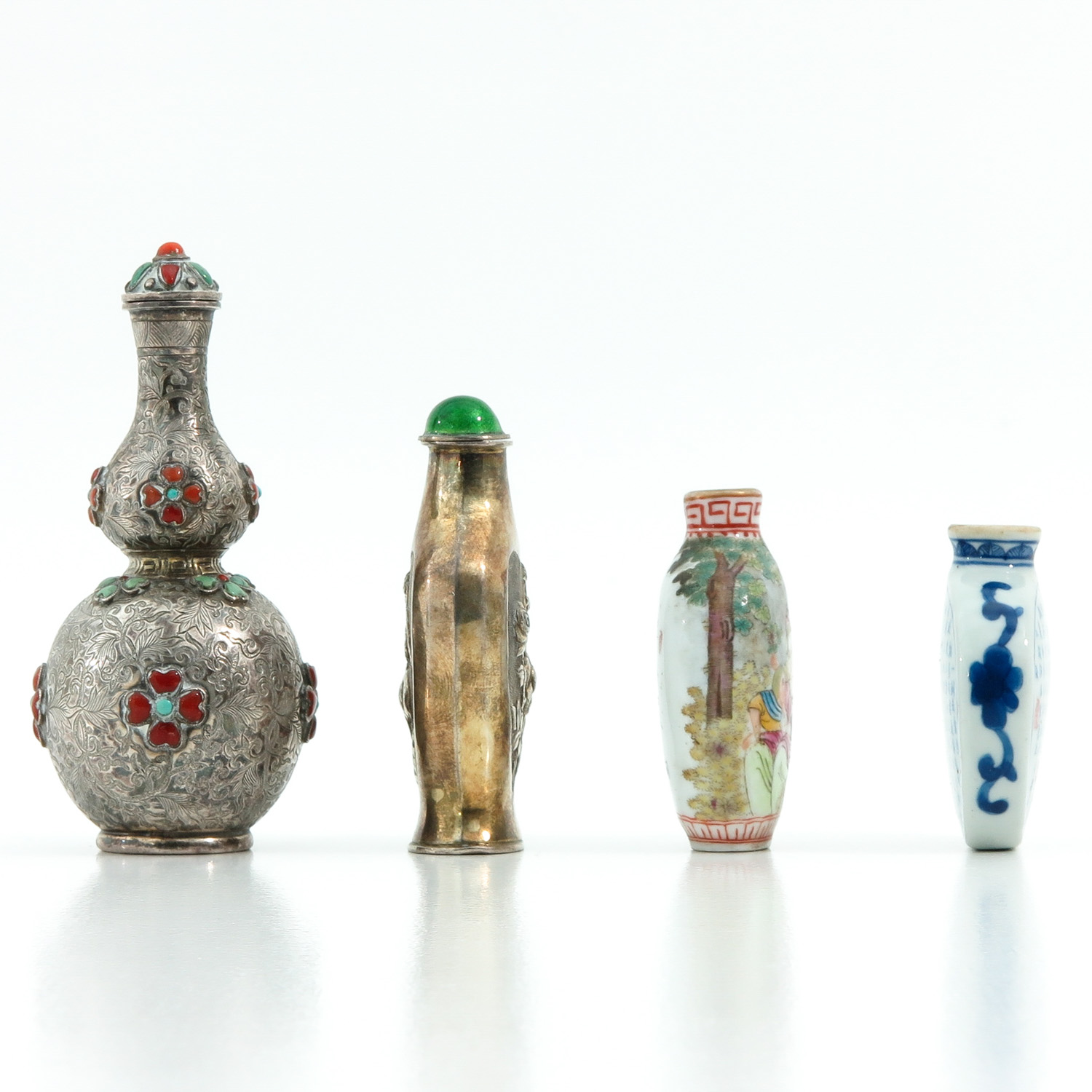 A Diverse Collection of 4 Snuff Bottles - Image 4 of 10