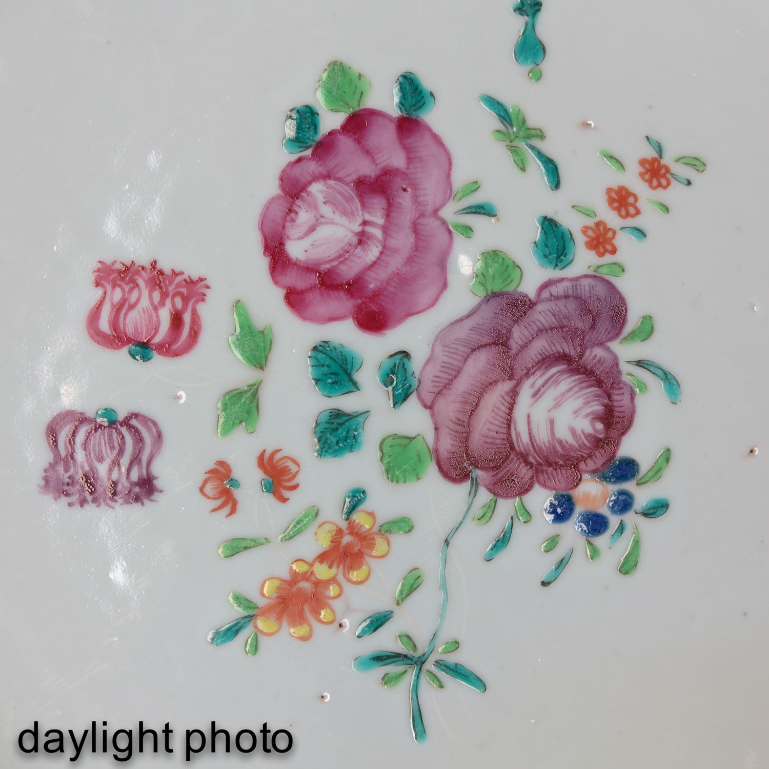 A Collection of 5 Famille Rose Plates - Image 9 of 10