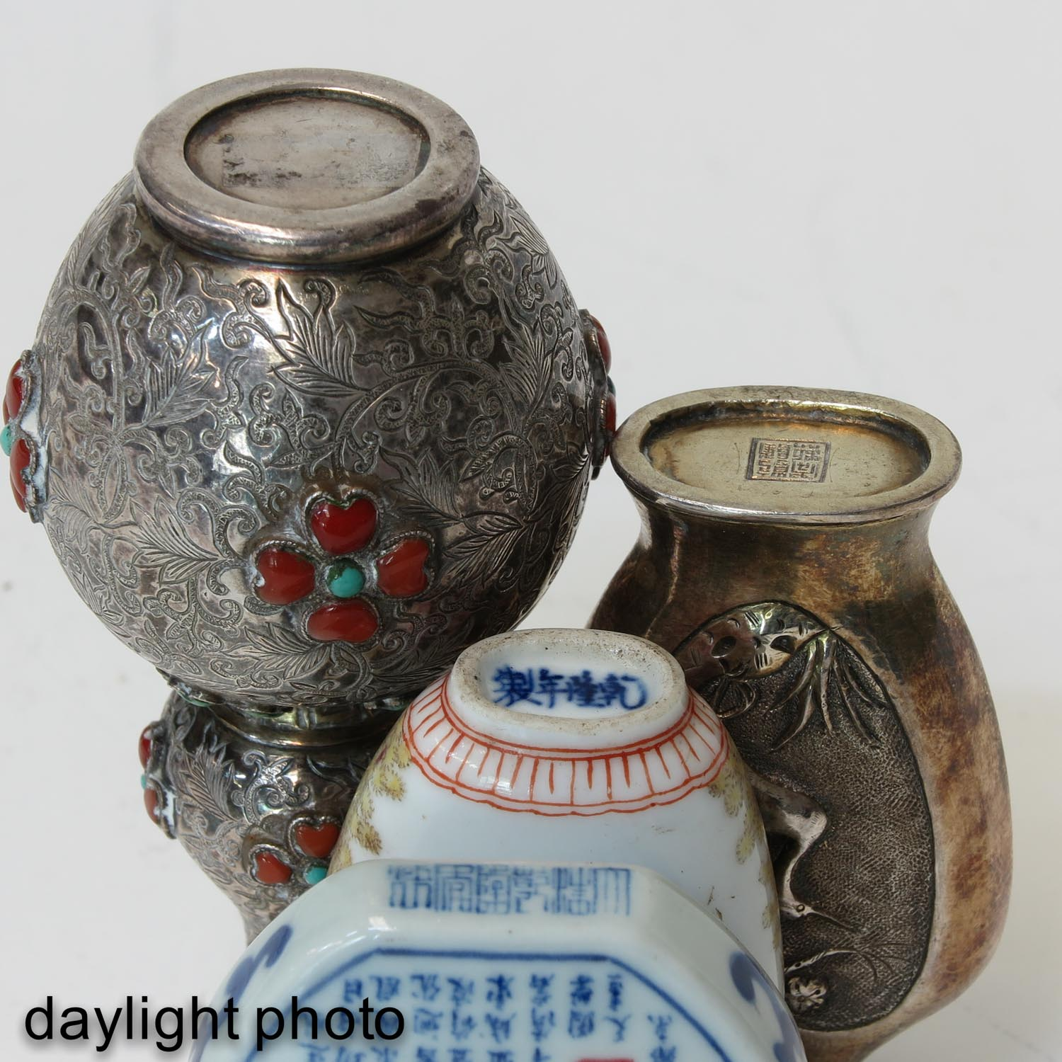 A Diverse Collection of 4 Snuff Bottles - Image 8 of 10