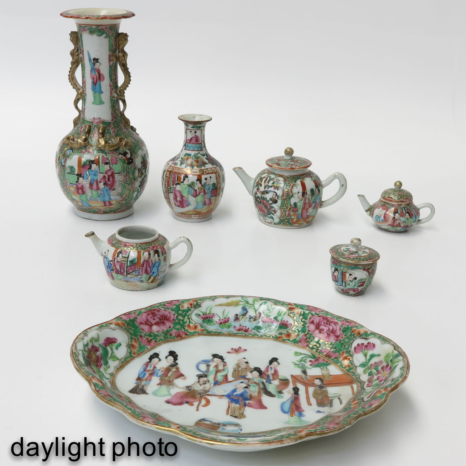 A Collection of Cantonese Porcelain - Image 7 of 10