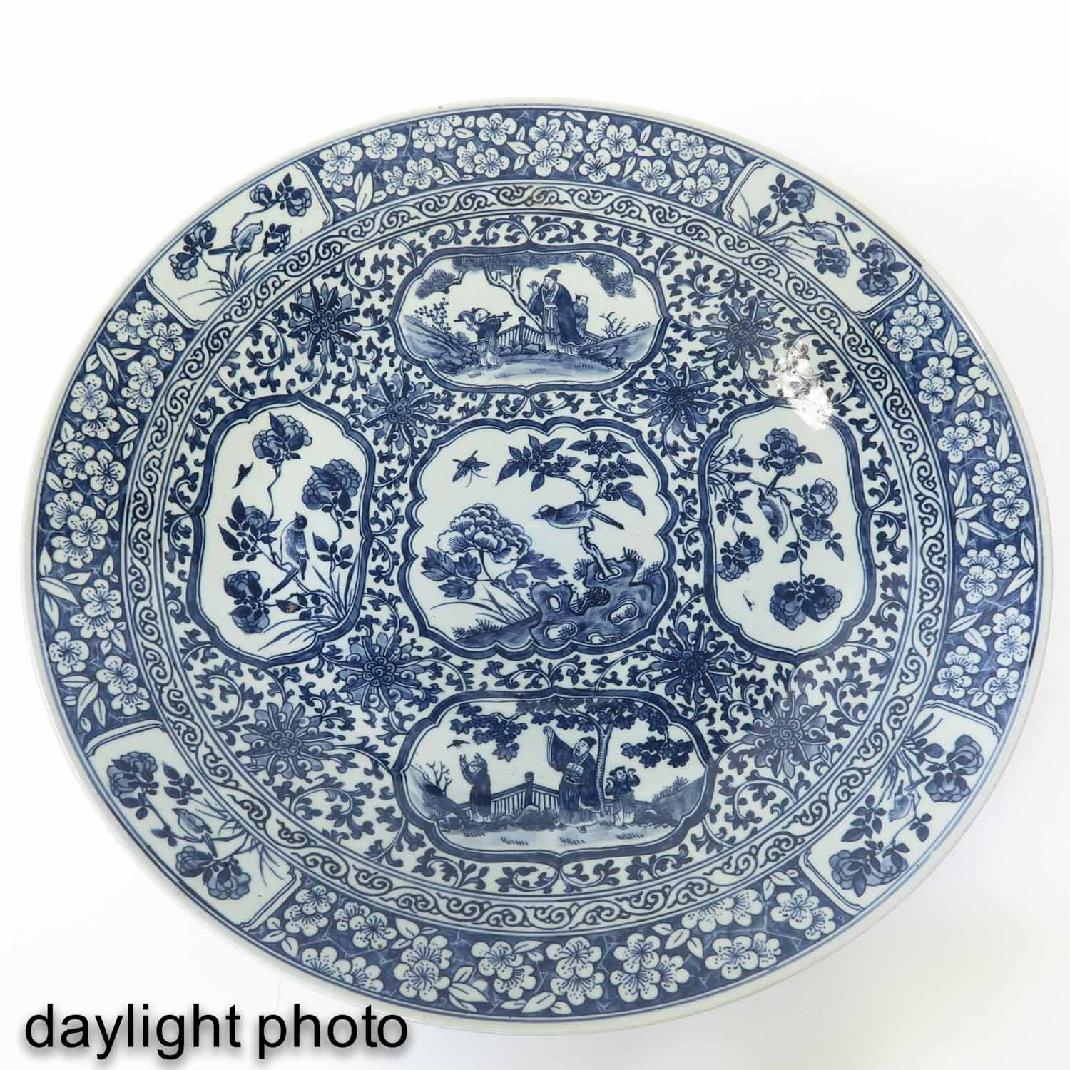 A Large Blue and White Charger - Image 5 of 7
