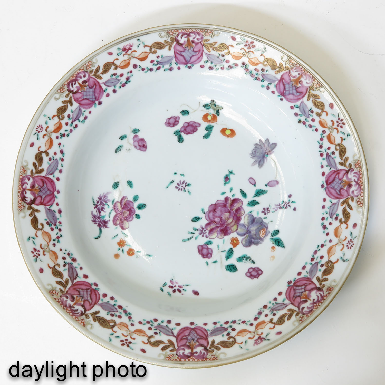 A Series of 3 Famille Rose Plates - Image 9 of 10