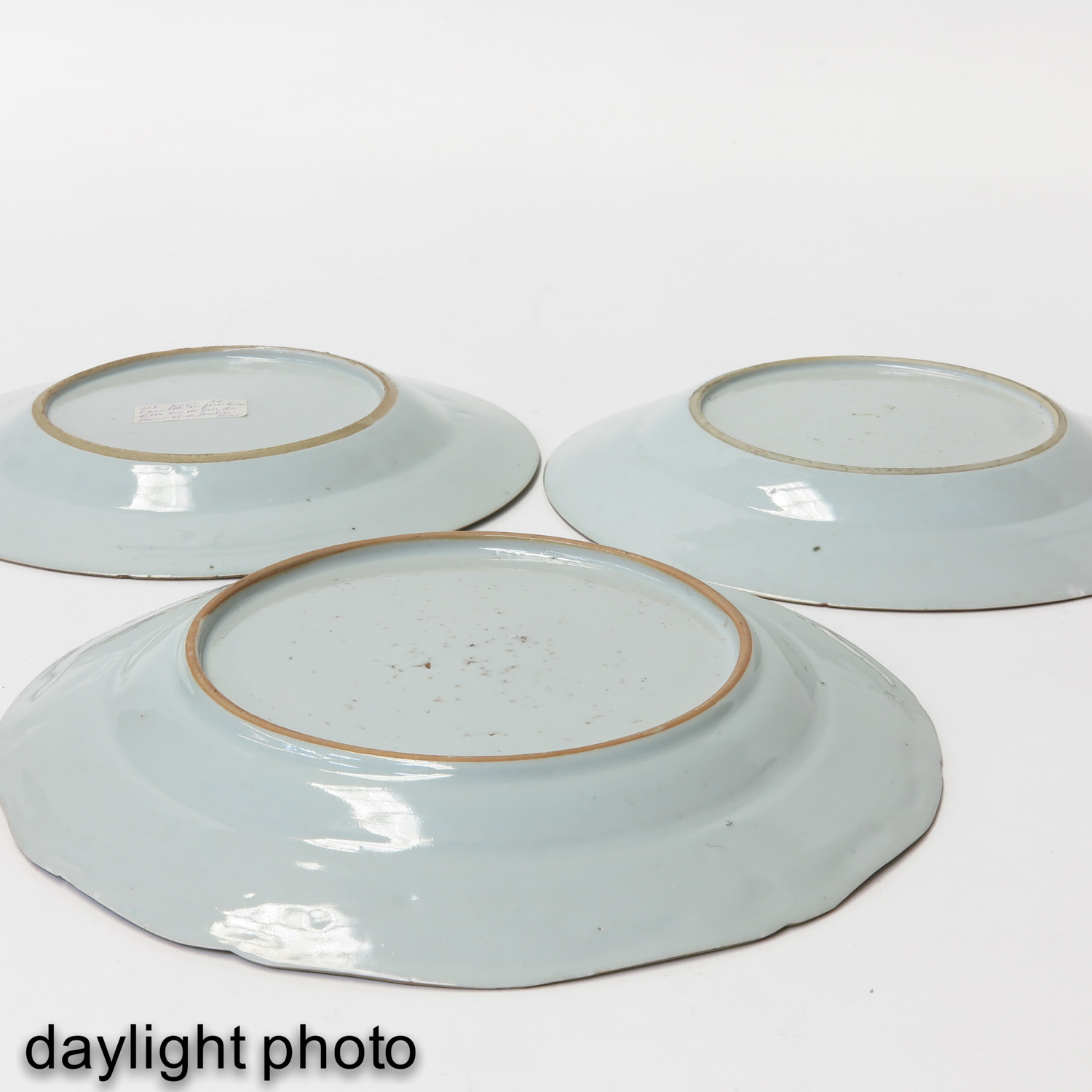 A Collection of 5 Famille Rose Plates - Image 8 of 10