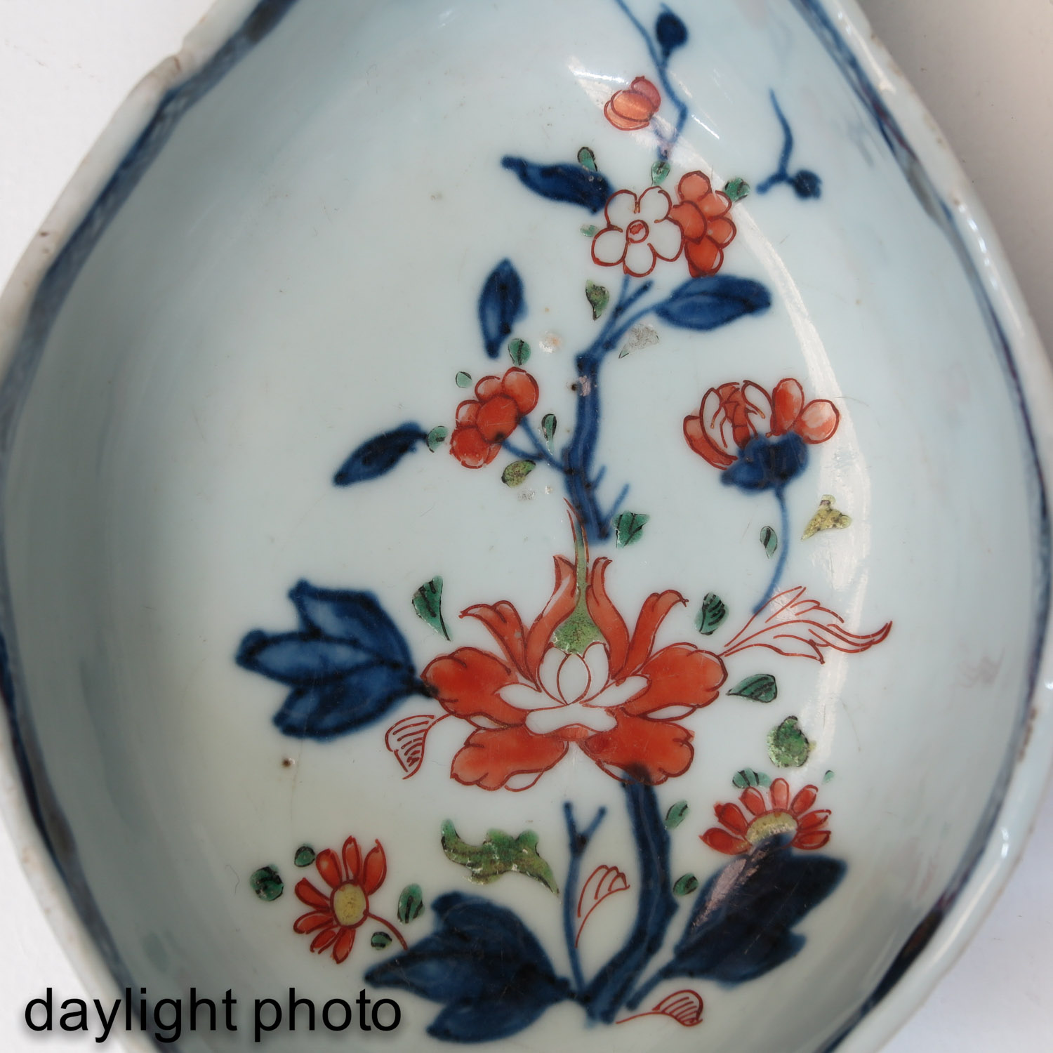 An Imari Plate and Gravy Boat - Image 10 of 10