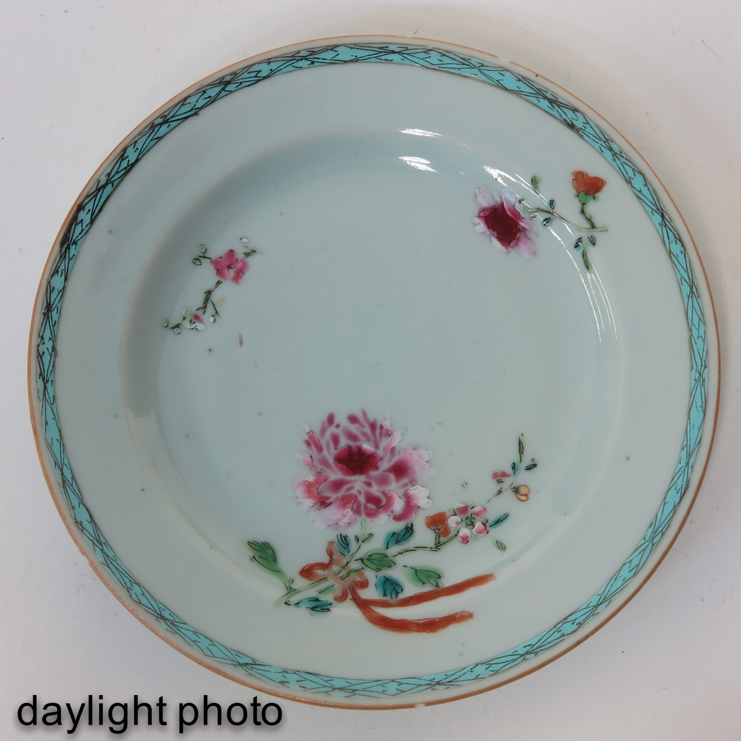 A Series of 5 Famille Rose Plates - Image 7 of 9