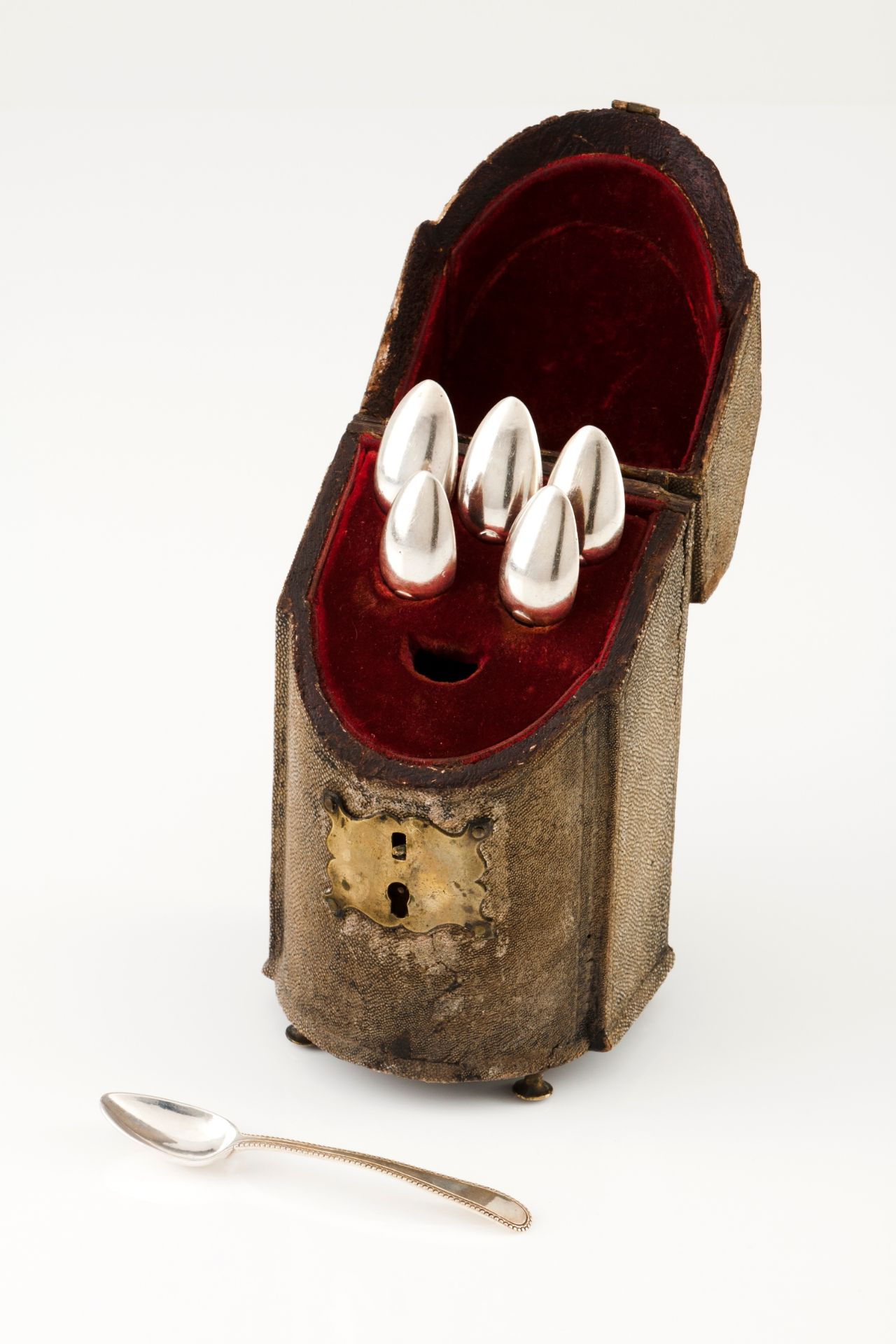 A small cutlery box with six tea spoonsPortuguese silver, 18th century Shark skin coated box lin