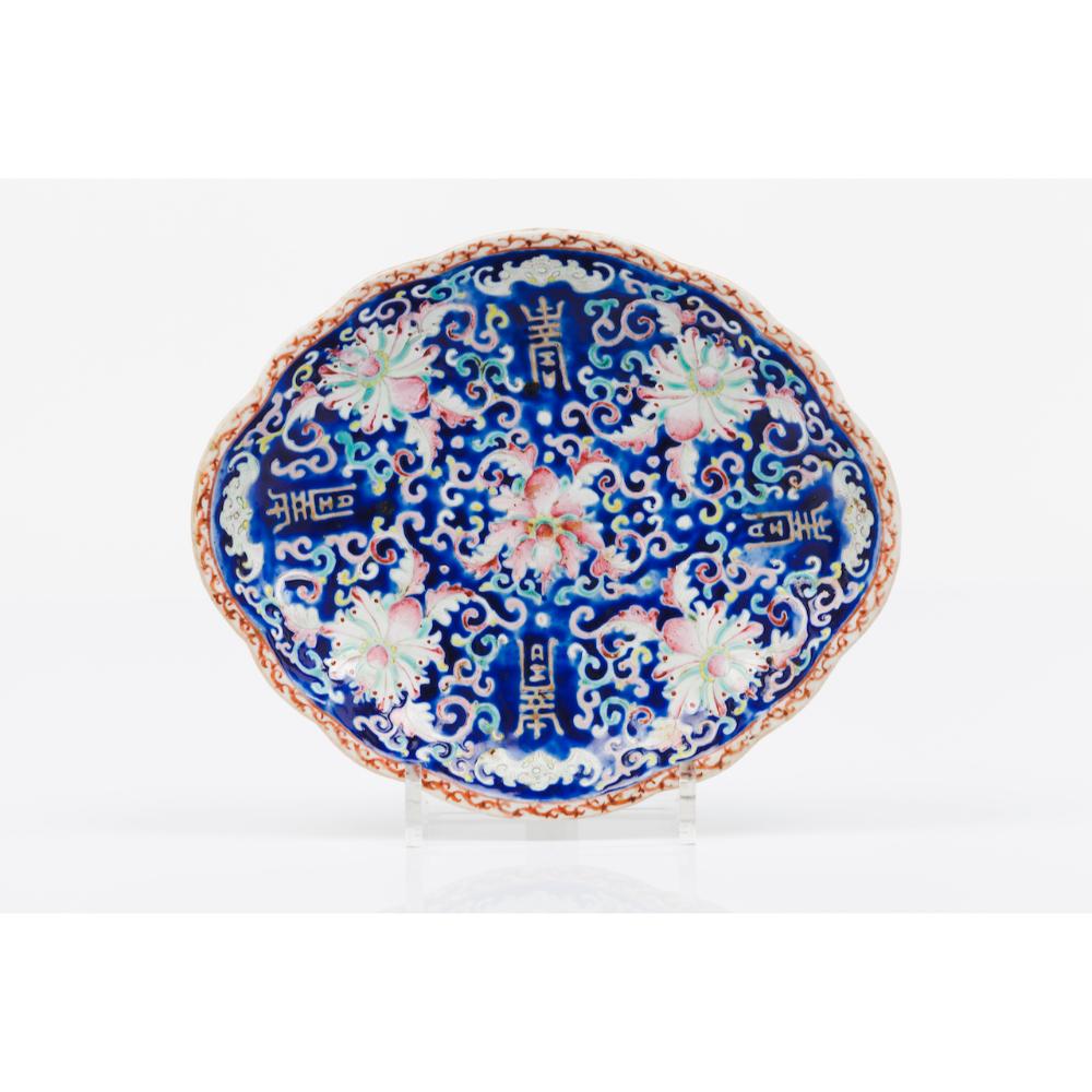 An oval trayJapanese porcelain Imari foliage motifs decoration Pierced lip 19th century25,5x29,5 cm