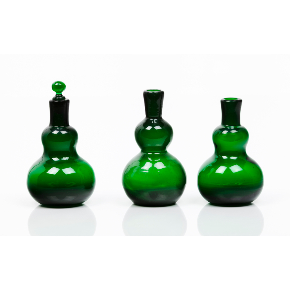 A group of three bottlesGourd-shaped green glass One with stopper Europe, 19th centuryHeight: 14 cm