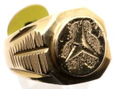 Gents chunky yellow metal Mercedes style ring, size W. P&P Group 1 (£14+VAT for the first lot and £