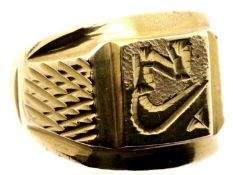 Gents yellow metal heavy chunky ring, size W. P&P Group 1 (£14+VAT for the first lot and £1+VAT